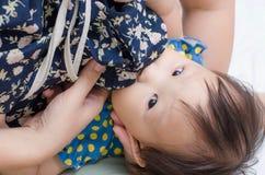 Donna che allatta il suo bambino fotografia stock libera da diritti