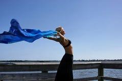 Donna che allunga al sole Fotografia Stock