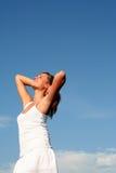 Donna che allunga al sole Immagine Stock