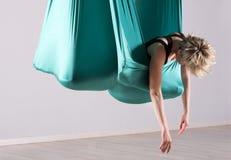 Donna che allunga in coperta aerea di yoga Fotografia Stock Libera da Diritti