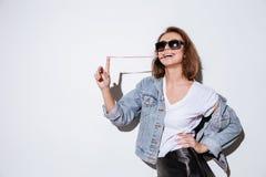 Donna che allunga di gomma da masticare Fotografia Stock Libera da Diritti