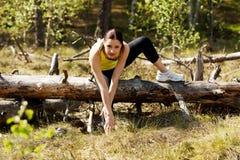 Donna che allunga dopo avere corso Fotografia Stock