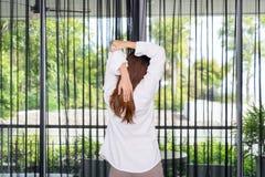 Donna che allunga e che sta mentre svegliando di mattina Fotografia Stock