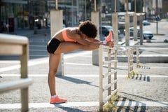 Donna che allunga i piedi prima del pareggiare Fotografia Stock