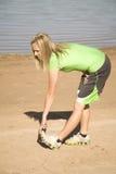Donna che allunga i piedini Fotografia Stock Libera da Diritti