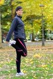 Donna che allunga i piedini e che riscalda Fotografie Stock Libere da Diritti