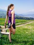 Donna che allunga i suoi muscoli prima dell'correre Fotografie Stock