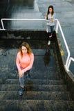 Donna che allunga le gambe sulle scale Immagine Stock