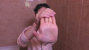 Donna che allunga le palme archivi video
