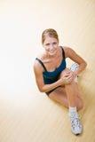 Donna che allunga nel randello di salute Fotografie Stock