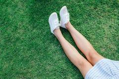Donna che allunga rilassamento con tela bianca Fotografia Stock