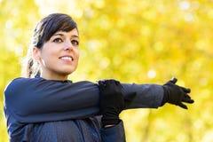 Donna che allunga spalla Immagine Stock Libera da Diritti