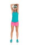 Donna che allunga spalla ed il tricipite Fotografia Stock