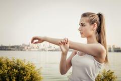 Donna che allunga sull'aria aperta Fotografia Stock Libera da Diritti