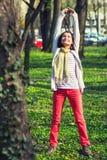 Donna che allunga in una sosta Fotografia Stock