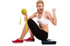 Donna che alza le sue braccia Riuscito dimagramento stante a dieta Fotografia Stock Libera da Diritti