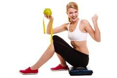 Donna che alza le sue braccia Riuscito dimagramento stante a dieta Immagini Stock