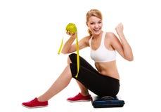 Donna che alza le sue braccia Riuscito dimagramento stante a dieta Immagini Stock Libere da Diritti
