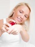 Donna che applica crema fotografie stock libere da diritti