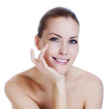 Donna che applica crema cosmetica su pelle vicino agli occhi Fotografie Stock Libere da Diritti