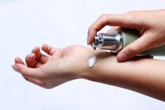 Donna che applica crema per le mani Immagini Stock Libere da Diritti