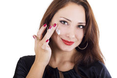 Donna che applica crema sul suo fronte Immagine Stock Libera da Diritti