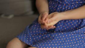 Donna che applica crema sulle mani archivi video