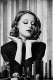 Donna che applica i cosmetici Fotografie Stock Libere da Diritti