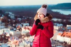 Donna che applica il balsamo del labbro mentre passeggiata un giorno invernale Fotografie Stock