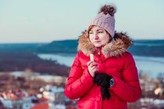 Donna che applica il balsamo del labbro mentre passeggiata un giorno invernale Fotografia Stock Libera da Diritti