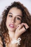 Donna che applica il eyeliner fotografie stock libere da diritti