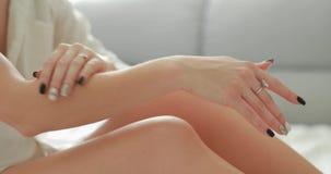 Donna che applica la crema della mano video d archivio