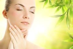 Donna che applica le estetiche organiche alla sua pelle Immagini Stock