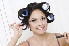 Donna che applica mascara Fotografia Stock Libera da Diritti