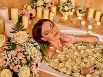 Donna che applica moisturizer Immagine Stock Libera da Diritti