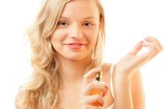 Donna che applica profumo sulla sua manopola Immagini Stock