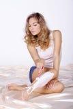 Donna che applica rasatura Fotografia Stock