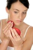 Donna che applica rossetto Immagine Stock