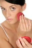 Donna che applica rossetto Immagini Stock Libere da Diritti