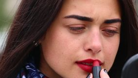 Donna che applica rossetto archivi video