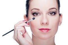 Donna che applica trucco dell'occhio Immagini Stock