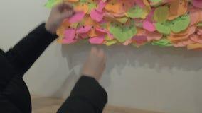 Donna che appunta pezzo di carta con cuore sul bordo di desiderio archivi video