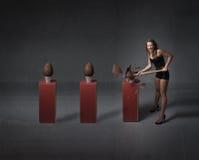 Donna che apre le uova di cioccolato di pasqua immagini stock
