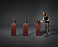 Donna che apre le uova di cioccolato di pasqua fotografie stock libere da diritti