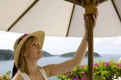Donna che apre un ombrello Immagini Stock