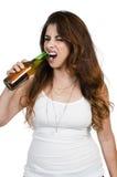 Donna che apre una birra Fotografia Stock