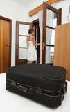 Donna che arriva nella camera da letto di pensione Immagine Stock
