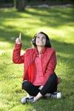 Donna che ascolta la musica Fotografie Stock