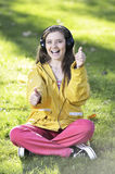Donna che ascolta la musica Fotografie Stock Libere da Diritti