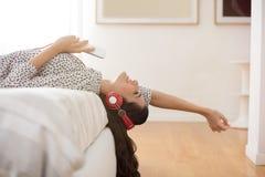 Donna che ascolta la musica Immagini Stock